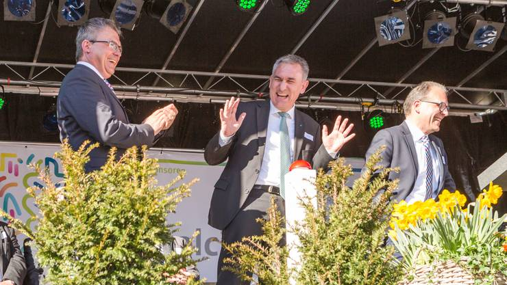 GIVW-Präsident Markus Scherrer, Landammann Alex Hürzeler und OK-Präsident Fabian Meier lachen wegen dem missglückten Versuch, die Konfettikanonen zu zünden.