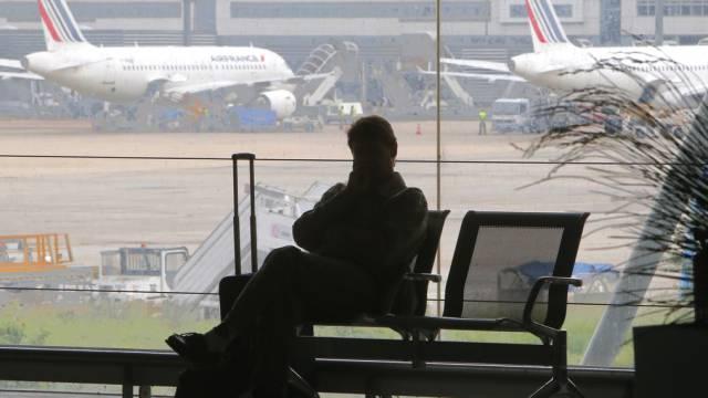Ein Passagier wartet im Charles de Gaulle-Flughafen auf seinen Flug
