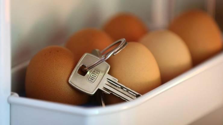Der Schlüssel im Eierfach kann ein Zeichen von Zerstreutheit sein oder ein Indiz für Alzheimer. In letzterem Fall könnten Immunzellen mit schuld sein. Sollte sich der Verdacht erhärten, könnte das Folgen für Diagnose und Behandlung haben. (Archivfoto)