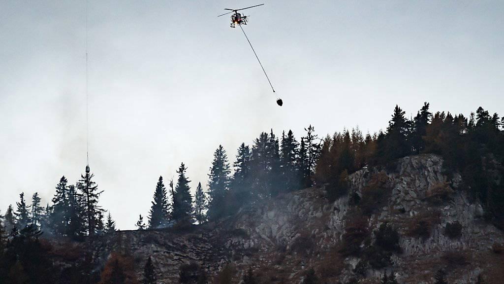 Am Samstag konnten wegen des schlechten Wetters keine Helikopter gegen den Waldbrand eingesetzt werden, dafür half der Regen den Löschequipen.