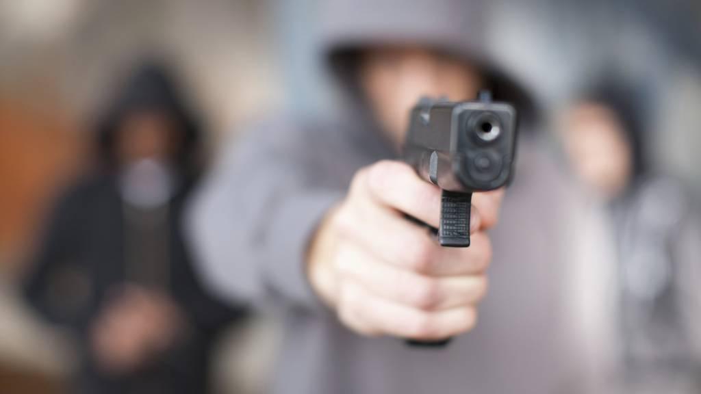 Raubüberfall auf 19-Jährigen: Opfer geschlagen und mit Waffe bedroht