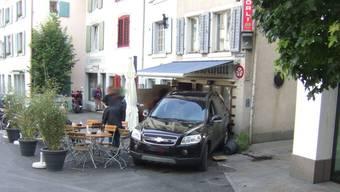Eine Person wurde leicht verletzt, als das Auto in den Garten rollte.
