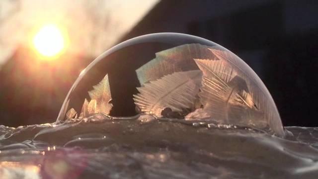 Im Zeitraffer: So wunderschön gefriert eine Seifenblase