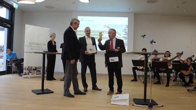 Stiftungsratspräsident Rolf Alder verschenkt Akkord-Musikdosen – damit das Projekt weitergeht.