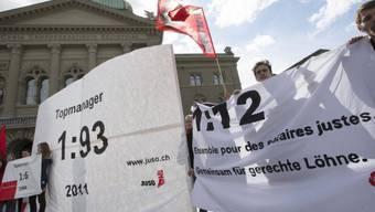 Die JUSO wirbt vor dem Bundeshaus für die 1:12 Initiative (Archiv)