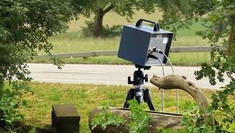Am hellichten Tag wird in Leibstadt ein Tempo-Messgerät entwendet. Obwohl ein Polizist ganz in der Nähe war, kam der Dieb ungesehen davon.