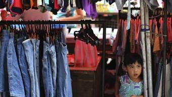 Laut Greenpeace sollen verschiedene Kleider mit Chemikalien verschmutzt sein.