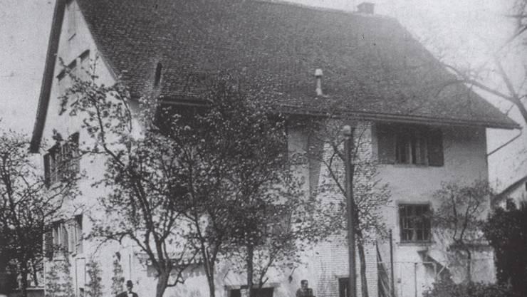 Das Pfarrhaus wird 1737 erbaut. Das Foto zeigt das Gebäude Anfang des 20. Jahrhunderts.