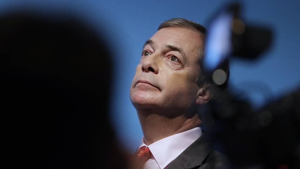 ARCHIV - Der ehemalige Chef der britischen Ukip-Partei und Brexit-Vorkämpfer, Nigel Farage, nimmt nach einer Rede Platz. Farage bekommt seine eigene Fernsehshow mit dem schlichten Titel «Farage». Das teilte der neue Nachrichtensender GB News am Wochenende mit. Foto: Kirsty Wigglesworth/AP/dpa