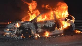 In Flammen gestanden ist am Montagabend ein Auto auf der A2 im Kanton Luzern. Verletzt wurde niemand.
