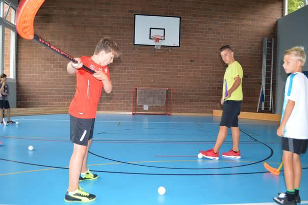 Um den Ball so scharf wie möglich zu schiessen, dürfen die Spieler auch mal richtig weit ausholen