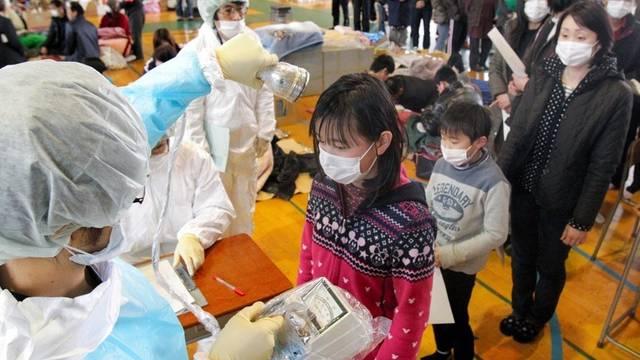Einwohner der Stadt Fukushima werden auf Radioaktivität untersucht
