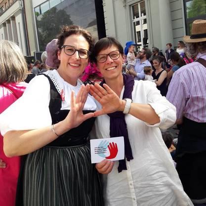 Bäuerin Lotti Baumann und Anne Challandes, Präsidentin des Schweizerischen Bäuerinnen- und Landfrauenverbandes streiken gemeinsam in Aarau.