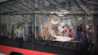 Es bleibt weiterhin einzig bei der Maskenpflicht im öffentlichen Verkehr: Zwei Frauen tragen Schutzmasken in einem Bus der Verkehrsbetriebe St.Gallen