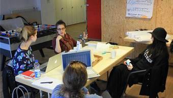 Teamsitzung: Vivienne Kuster (Mitte oben) diskutiert mit leitenden «Tink»-Mitgliedern das weitere Vorgehen bezüglich Neustrukturierung ihres Magazins. Von links: Sonja Gambon (Leiterin Marketing), Julia Neudert (stv. ChefredaktorinD-CH), Sofiya Miroshnyk (Chefredaktorin D-CH).