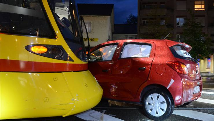Ein Auto wurde in Reinach BL von einem Tram erfasst.