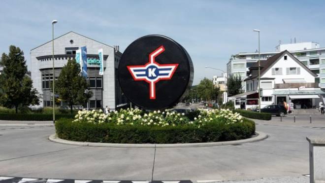Seht her, hier regieren die Kloten Flyers: Neben dem Flughafen ist der lokale Eishockeyklub der grosse Imageträger der über 18 000 Einwohner zählenden Gemeinde. Foto: ku
