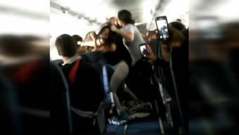 Der heftige Streit ist von mehreren Passagieren gefilmt worden.