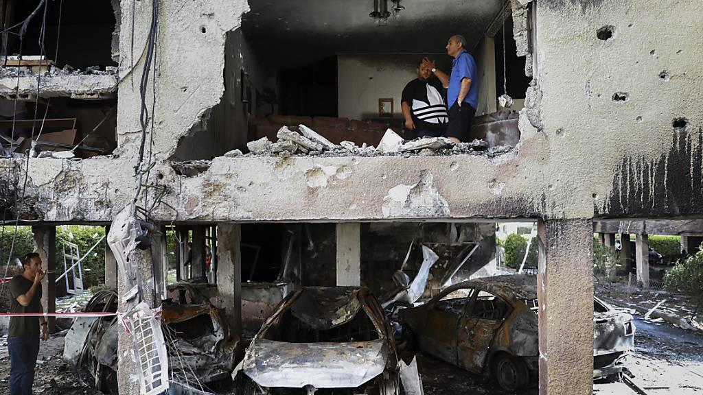Mitglieder der Familie Sror inspizieren den Schaden an ihrer Wohnung, nachdem diese von einer aus dem Gazastreifen abgefeuerten Rakete getroffen wurde. Foto: Oded Balilty/AP/dpa
