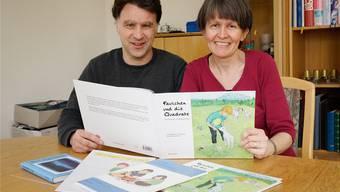 Stephan und Ramona Zettel mit ihren Büchern, hier mit dem Bilderbuch «Paulchen und die Quadrate».