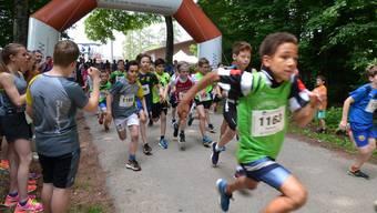 Angefeuert von seinen Turnvereinkollegen am Waldrand startet Salvian Dora (Startnummer 1165) zum Rennen in der Kategorie Schüler B.