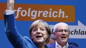 Wahlsiegerin Merkel und im Amt bestätigter Fraktionschef Kauder