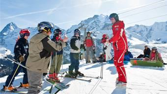 Skilager sind wieder angesagt: Skischüler mit ihrem Lehrer im Kanton Bern.