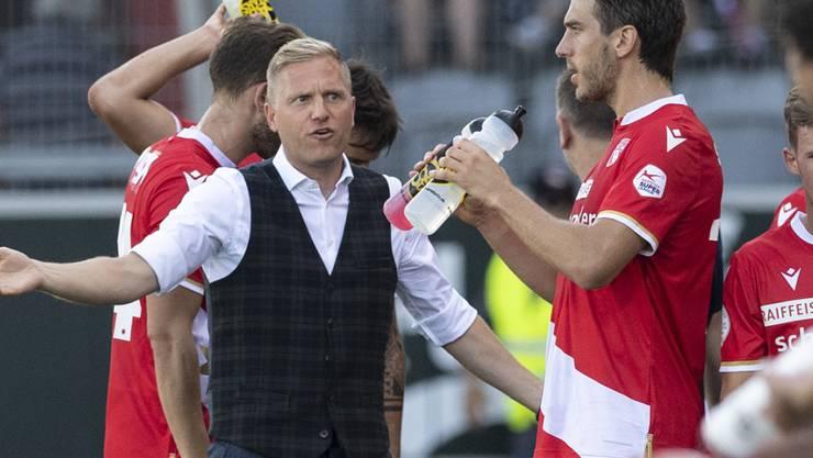 Thuns Trainer Marc Schneider (links) nimmt mit seiner Mannschaft später als vom Bund erlaubt den regulären Trainingsbetrieb wieder auf