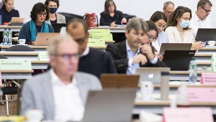 Die Zürcher Kantonsrätinnen und Kantonsräte dürfen die Schutzmasken wieder ablegen, wenn sie sich an ihren Plätzen befinden. (Archivbild)