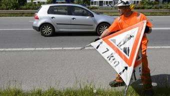 Ein Strassenarbeiter auf der A1 im Kanton Waadt (Symbolbild)