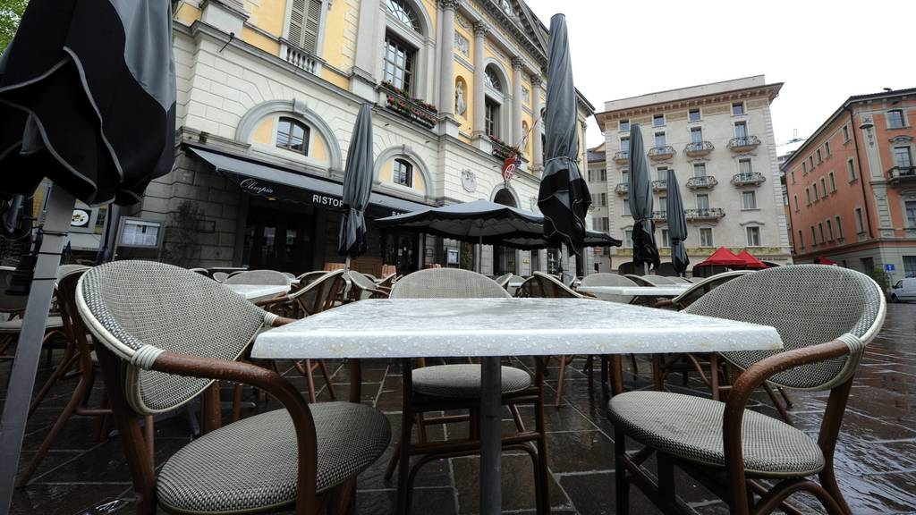 Unbesetzte Stühle auf der Piazza della Riforma in Lugano. (Archivbild)