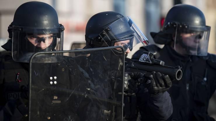 Mit der GL-06 bewaffnete Einsatzkräfte der Pariser Polizei während einer Demonstration am 5. Februar. In Frankreich wird die Waffe LBD-40 genannt.
