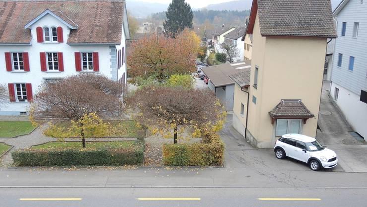 Noch wird der Neuenhofer Hort im ehemaligen Pfarrhaus (links) betrieben. Der Vorstand beantragt die Auflösung des Vereins und des Hortbetriebs. Archiv/AZ
