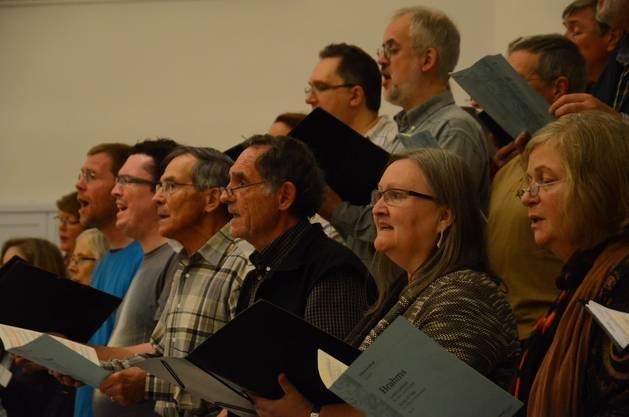 Konzentriert arbeitet der Kammerchor Baden unter der Leitung von Renato Botti an Chorwerken von Brahms, Bruckner und Beethoven.