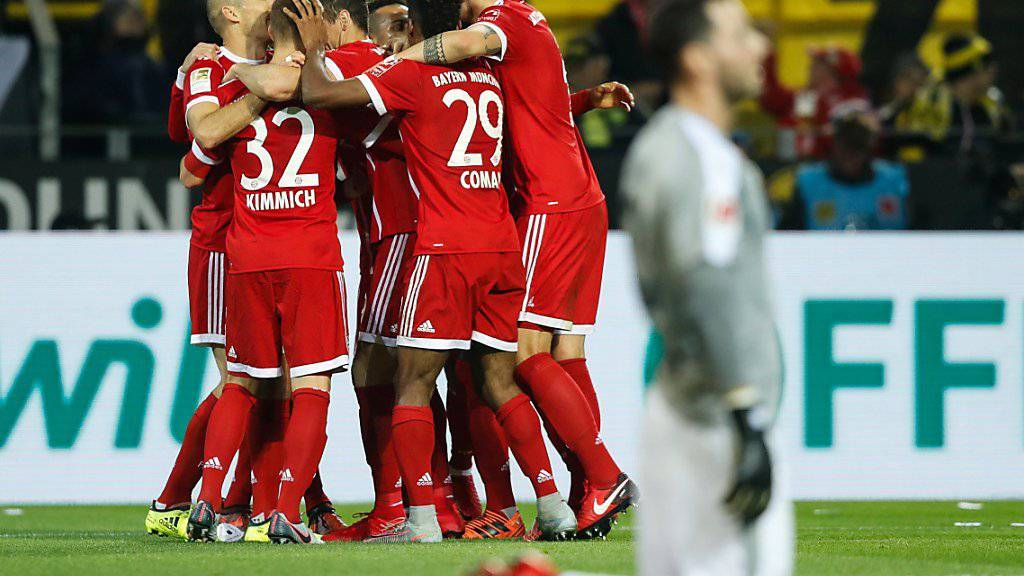 Bayern München jubelt, Dortmunds Goalie Roman Bürki auf den Knien