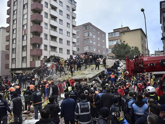 Mehre Menschen sind verletzt worden, zwölf der Verschütteten sind bis am Donnerstagmorgen gerettet worden.