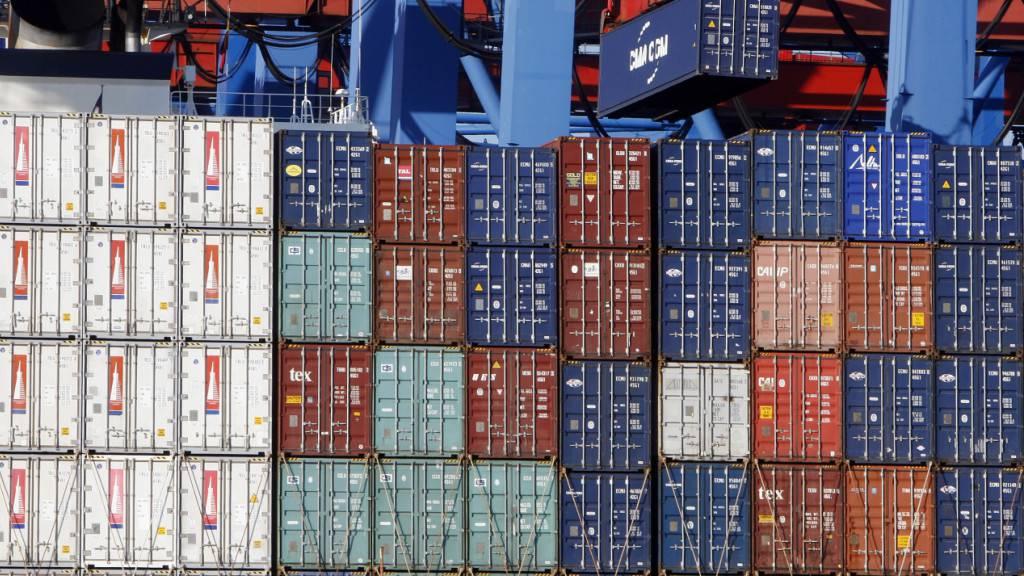 Es werdeb wieder mehr Waren hin und her geschoben. Exporte und Importe der grössten Handelsnation China lagen im Juni erstmals wieder im Plus. (Archivbild)