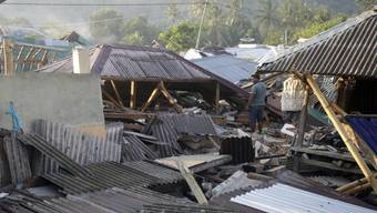 Vier Tage nach dem verheerenden Erdbeben ist die indonesische Ferieninsel Lombok von einem schweren Nachbeben erschüttert worden. Das neue Beben am Donnerstag hatte nach amtlichen Angaben die Stärke 6,2. Dabei stürzten erneut mehrere Gebäude ein.