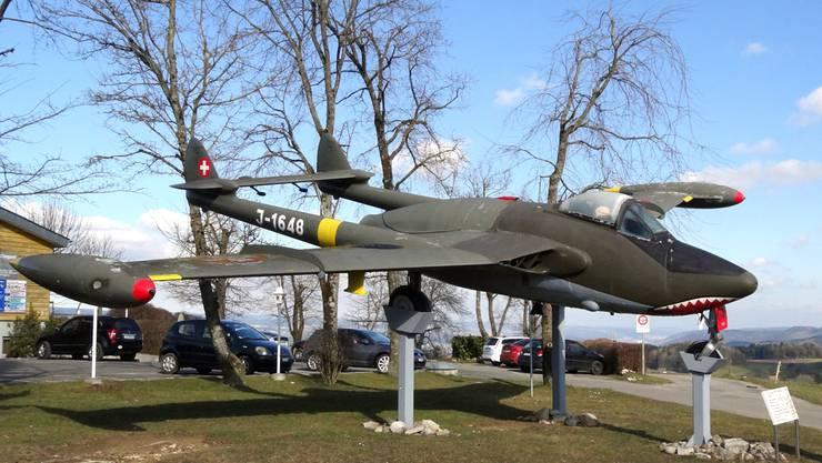 27 Jahre bei der Schweizer Luftwaffe im Einsatz  und heute als Gate Guard auf dem Flugplatz Fricktal-Schupfart: De Havilland Venom J-1648.