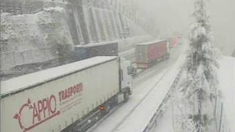Schneebedeckte Fahrbahn bei Göschenen: Einige Lastwagen hatten grosse Mühe voranzukommen.