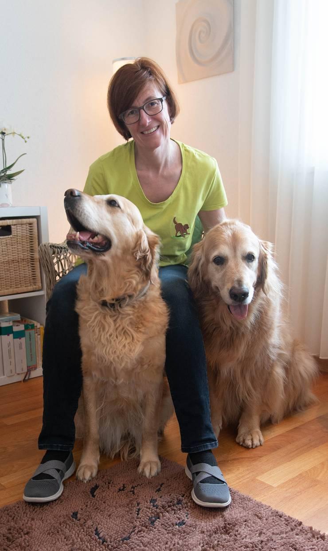 Claudia Cazemier mit ihren beiden Golden Retriever Eli (links) und Beni.