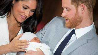 Meghan und Harry mit Archie Harrison Mountbatten-Windsor in der St.George's Kapelle auf Schloss Windsor. Keystone