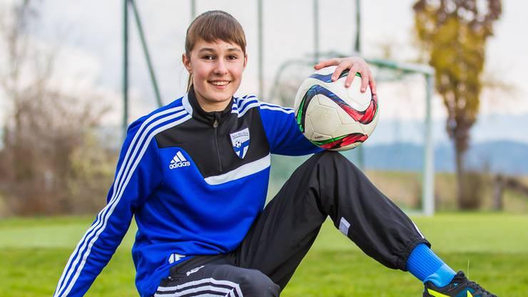 Désirée Meyer aus Bad Zurzach ist die einzige Fussballerin im Dress der C-Junioren des Aare-RhyTeams.