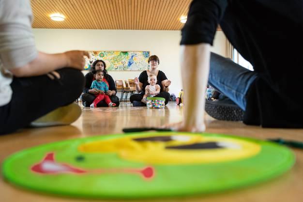 Der Eltern Kind Treffpunkt im reformierten Kirchgemeindehaus in Windisch ist gut angelaufen. Im Bild: Die Kinder mit ihren Eltern im Singkreis.