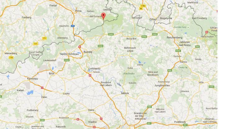 Auf der Bahnstrecke zwischen Dresden und Prag blockiert ein Erdrutsch die Schienen in der Nähe der deutschen Ortschaft Schmilka. (Bild: googlemaps)
