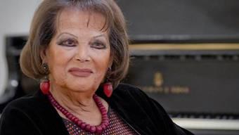 Claudia Cardinale bei einer Medienkonferenz im Theater San Carlo in Neapel, wo sie heute ihren 80. Geburtstag feiert - in einem Bühnenstück ihres verstorbenen Lebensgefährten Pasquale Squitieri.