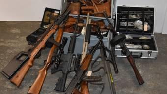 Im Dezember 2017 hat die St. Galler Kantonspolizei am Wohnort des Beschuldigten rund 280 Waffen, Munition und über eine Million Franken Bargeld sichergestellt. Am Donnerstag steht der 63-Jährige in Flawil wegen Vergehen gegen das Waffengesetz vor Gericht.