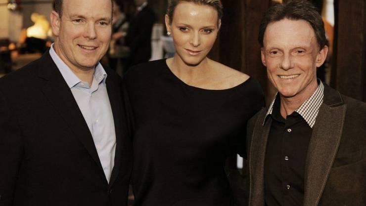 Stephan Schmidlin mit Fürst Albert von Monaco und dessen späterer Frau Charlene 2010 auf einer Ausstellung von Schmidlin. Obwohl der Künstler und sein Freund, der Fürst, beide Zwillingsväter sind, reden sie lieber über Sport. (Archivbild)