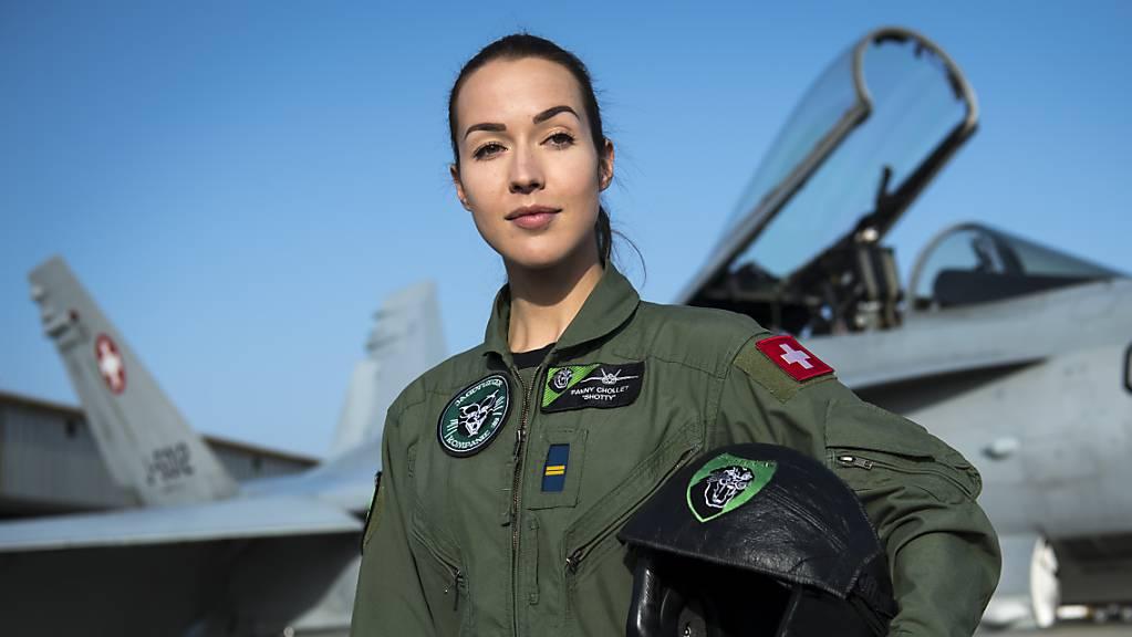 Bereits im Abstimmungskampf für neue Kampfjets hatte Verteidigungsministerin Amherd unter anderem auf eine Frau gesetzt. In Zukunft sollen weibliche Vorbilder wie die erste Kampfpilotin Fanny Chollet mehr Frauen für den Militärdienst motivieren.