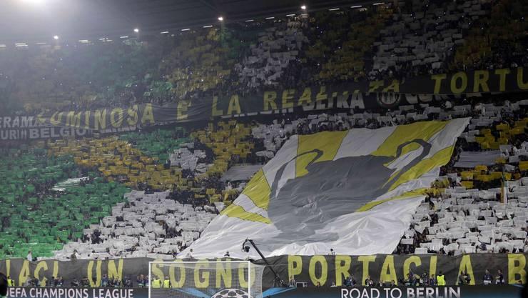 Die Turiner Fans verwandeln die Juventus-Arena in einen Hexenkessel.